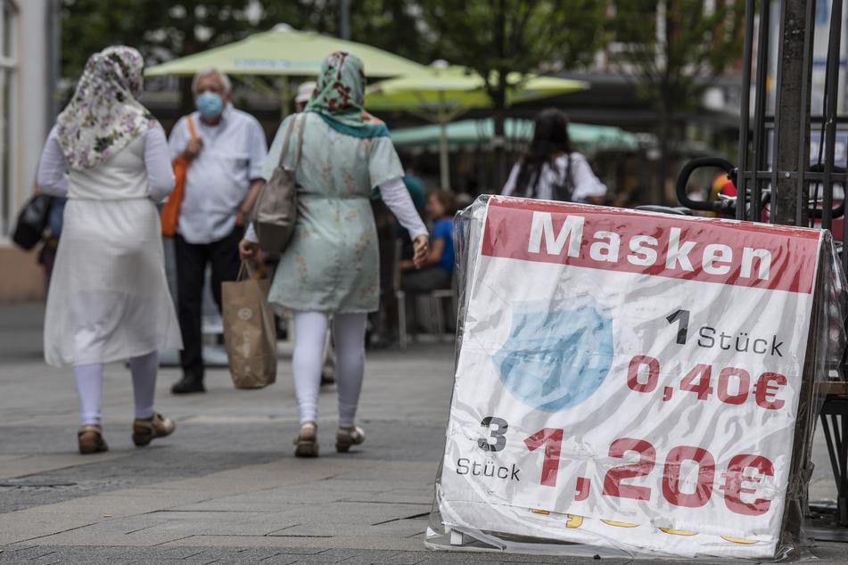 Ein Schild in der Fußgängerzone von Offenbach macht auf ein Masken-Sonderangebot aufmerksam.