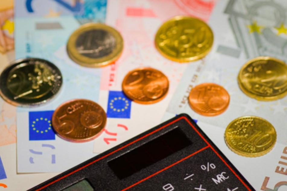 Zahlreiche Menschen in Deutschland sind verschuldet. Ein Umschuldungs-Kredit kann dabei helfen, der Schuldenfalle rechtzeitig zu entkommen.