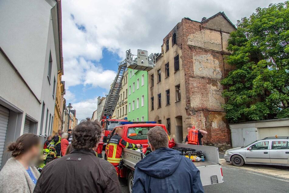 Am Tag zuvor beobachteten Anwohner und Schaulustige das Geschehen. Das frisch renovierte Nachbarhaus wurde durch den Brand in Mitleidenschaft gezogen.