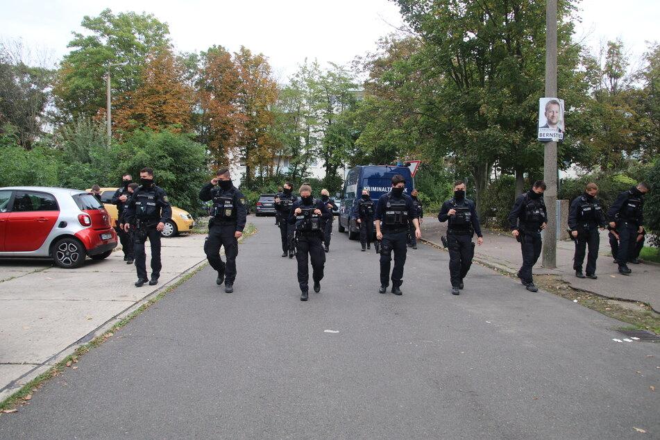 Am Samstag waren mehrere Einsatzkräfte der Polizei in Halle-Neustadt unterwegs, um nach Spuren zu suchen.