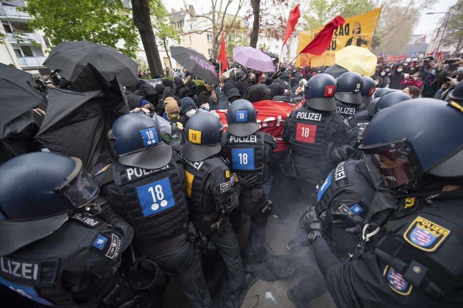 """Zu massiven Auseinandersetzungen zwischen Polizei und Demonstranten kommt es auf der """"Revolutionären 1. Mai Demo"""" in Frankfurt."""