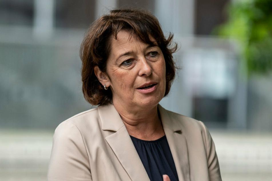 Antje Felber (55) von der Volksbank freut sich darüber, den Parksommer finanziell unterstützen zu können.