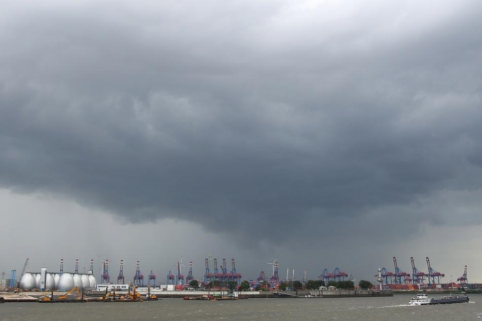 Dunkle Wolken ziehen vor einem Gewitter über dem Hafen von Hamburg auf. (Symbolfoto)