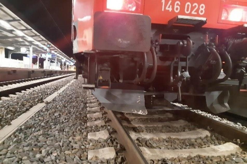 Unglaublich, was es war: Zug rammt Gegenstand und wird beschädigt