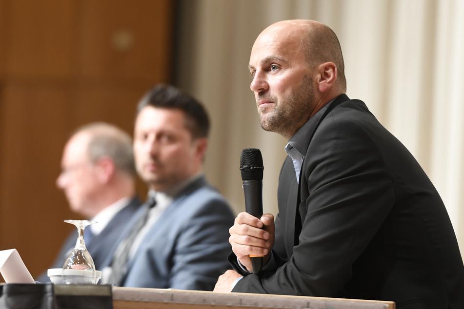 Marcel Maierhofer (r.), Leiter der Mordkommission, Staatsanwalt Heribert Kaune-Gebhardt (hinten) und Einsatzleiter Robert Gereci (M.) sprechen bei der Pressekonferenz zum Tod von fünf Kindern.
