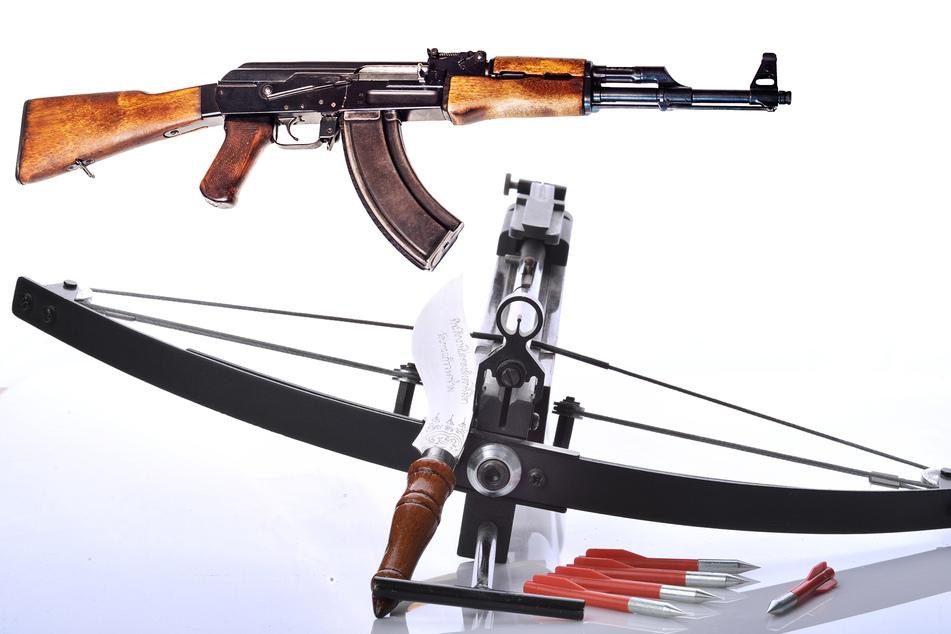Eine Kalaschnikow und eine Armbrust wurden unter anderem bei dem Rechtsextremisten gefunden. (Symbolbilder)