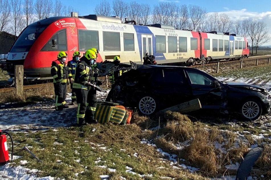 Unfall auf unbeschranktem Bahnübergang: Zug rammt Auto