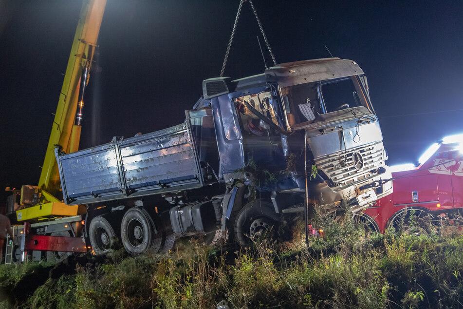 Ein Lastwagenfahrer (66) kam am Donnerstagnachmittag von der Straße zwischen Dörfel und Schlettau ab. Er starb noch am Unfallort.