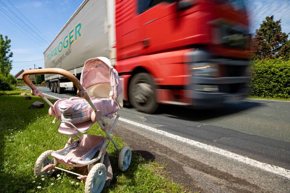 Weil Schilder allein nicht helfen: Jetzt protestiert Tanneberg mit Spielzeug und Kinderwagen am Straßenrand.