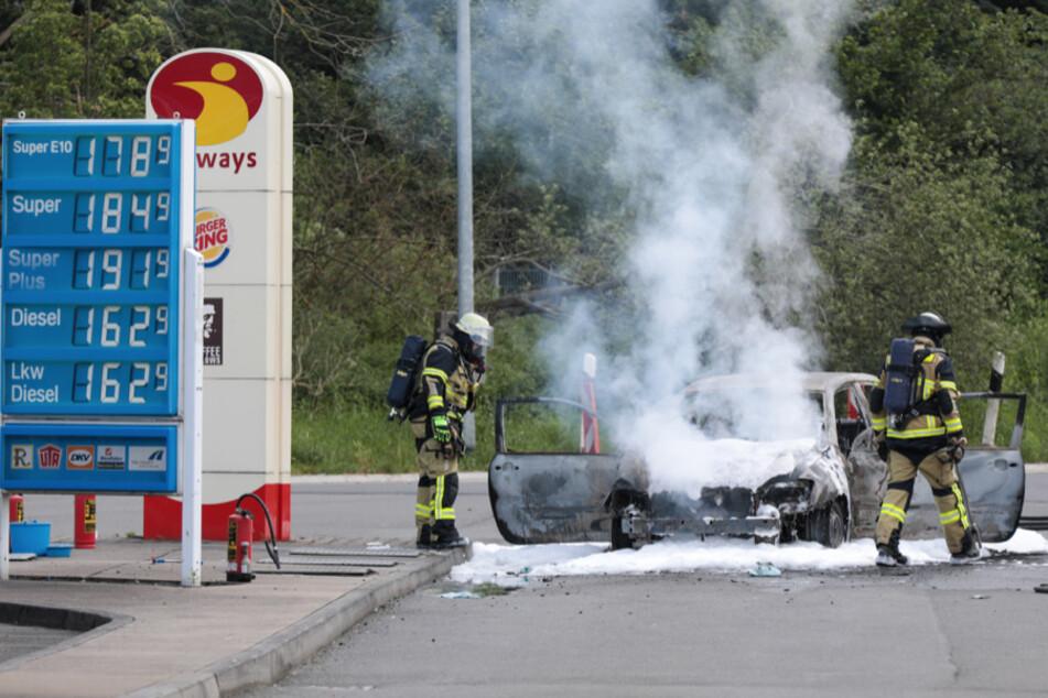 Der Toyota Corolla konnte weit genug von der Tankstelle auf dem Rastplatz gestoppt werden.