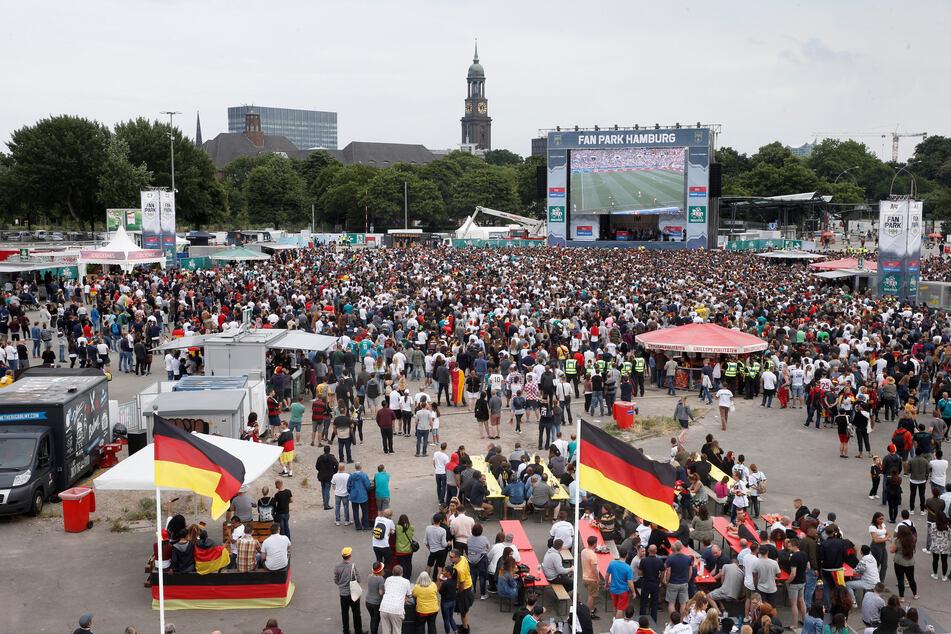 Das große Public Viewing auf dem Heiligengeistfeld, wie hier zur WM 2018, muss in diesem Jahr ausfallen. (Archivbild)