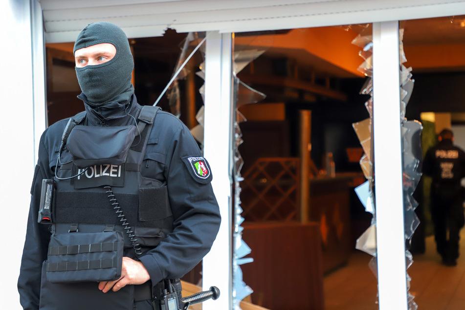 Bei der Razzia wurden zwei Personen verhaftet und fünf weitere vorläufig festgenommen.
