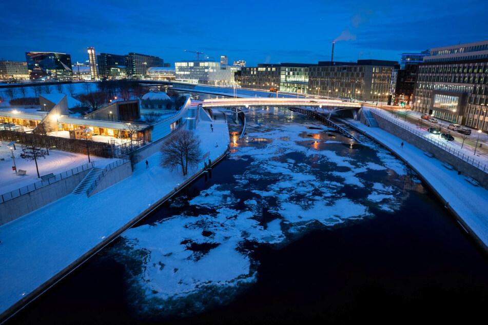 Blick auf die Spree mit Eisschollen. Am Wochenende wird es in Berlin und Brandenburg besonders des Nachts noch einmal sehr kalt.