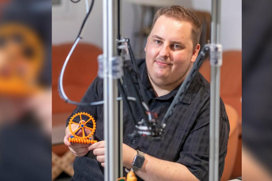 Daniel Tauscher (35) stellt im FabLab kleine Figuren aus einem 3D-Drucker her.