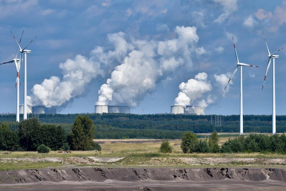 Windräder drehen sich am Rande eines ehemaligen Tagebaus vor dem Braunkohlekraftwerkes Jänschwalde. Wie in der Lausitz soll auch im mitteldeutschen Kohlerevier ein Windpark entstehen.
