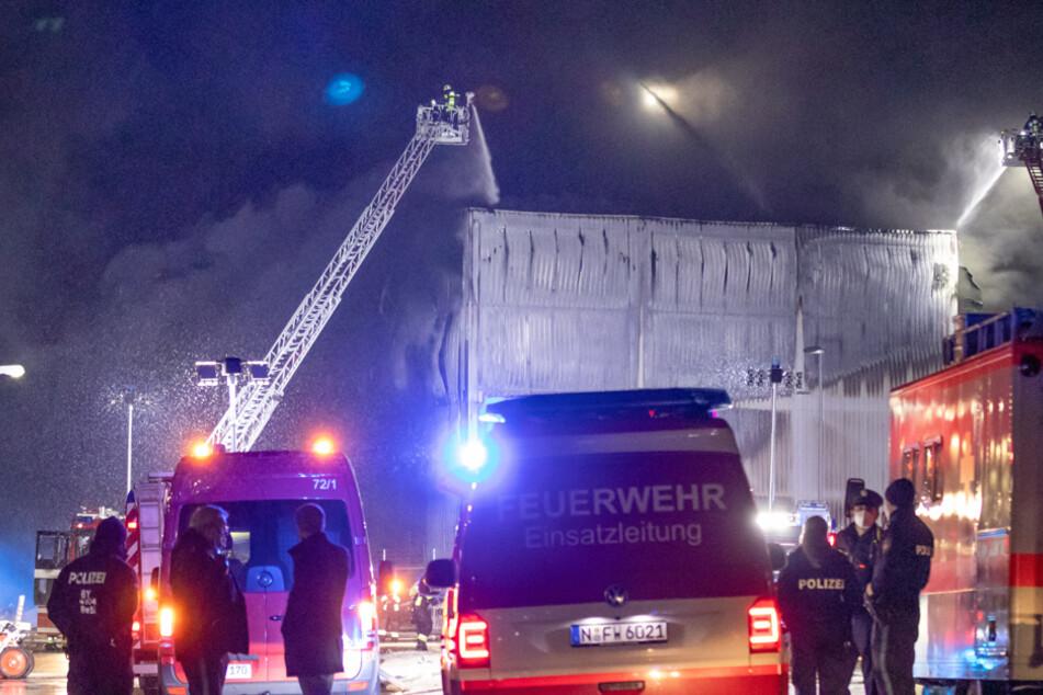 Nach lautem Knall: Großbrand in Lagerhalle ruft 200 Einsatzkräfte auf den Plan