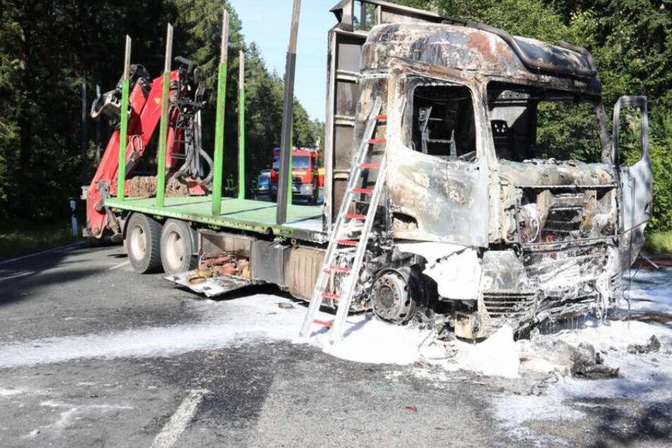 Fahrzeuge in Flammen! Biker stirbt bei Horror-Crash auf Landstraße