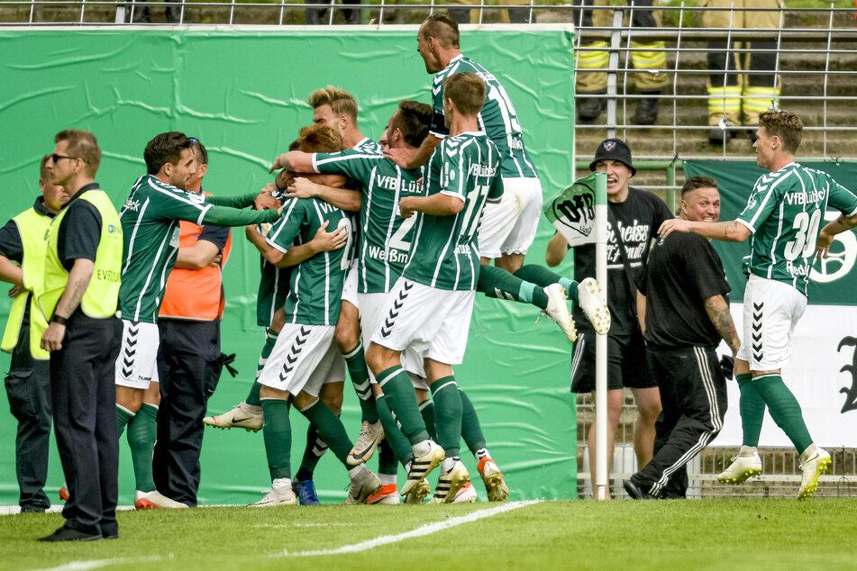 Lübecks Spieler feiern einen Torschuss.