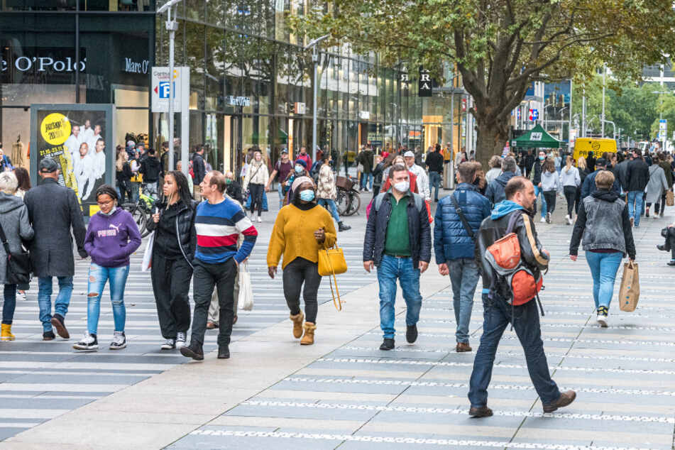 Passanten auf der Prager Straße. Im Herzen von Dresden entstehen gegenwärtig hunderte neue Wohnungen.