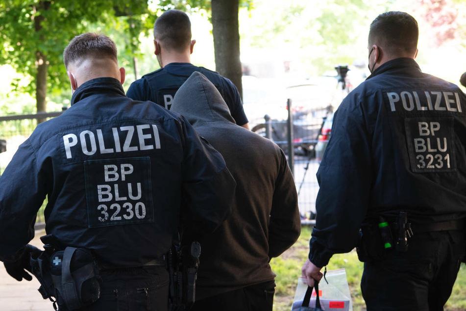 Bei einer Razzia gegen Schleuser führen Polizisten einen Tatverdächtigen in Berlin ab. Zur Bewältigung sogenannter Encrochat-Verfahren soll die Hauptstadt drei bis fünf zusätzliche Große Strafkammern erhalten. (Symbolfoto)