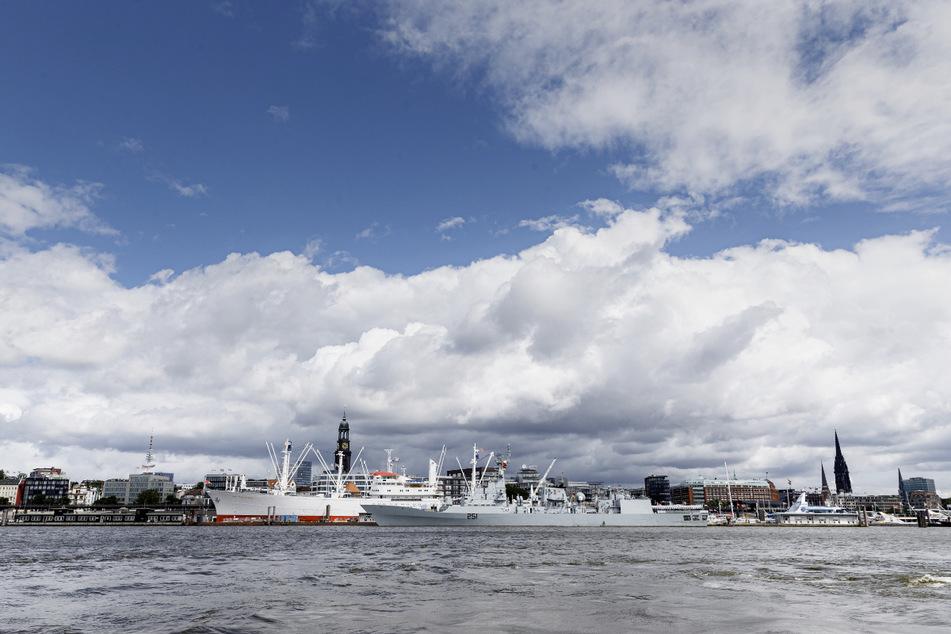 Der Himmel über Hamburg wird auch weiterhin oft Wolken zu bieten haben.