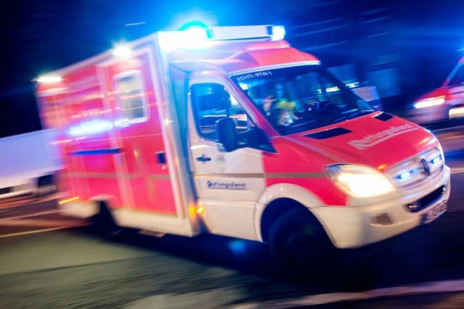 Ein Rettungsdienst brachte den verletzten Kontrolleur zur Versorgung ins Krankenhaus. (Symbolbild)