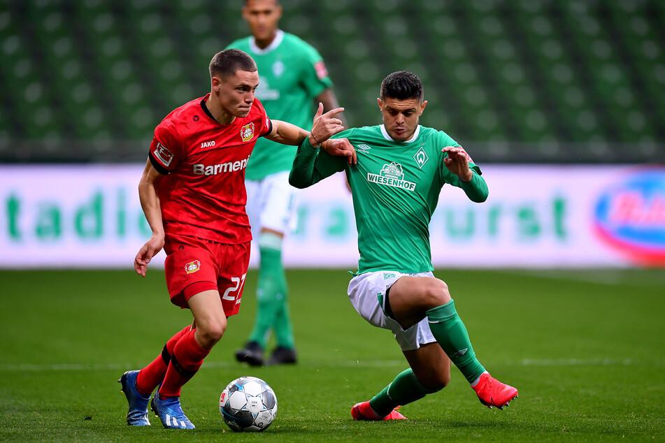 Leverkusens Florian Wirtz im Duell mit Bremens Milot Rashica.