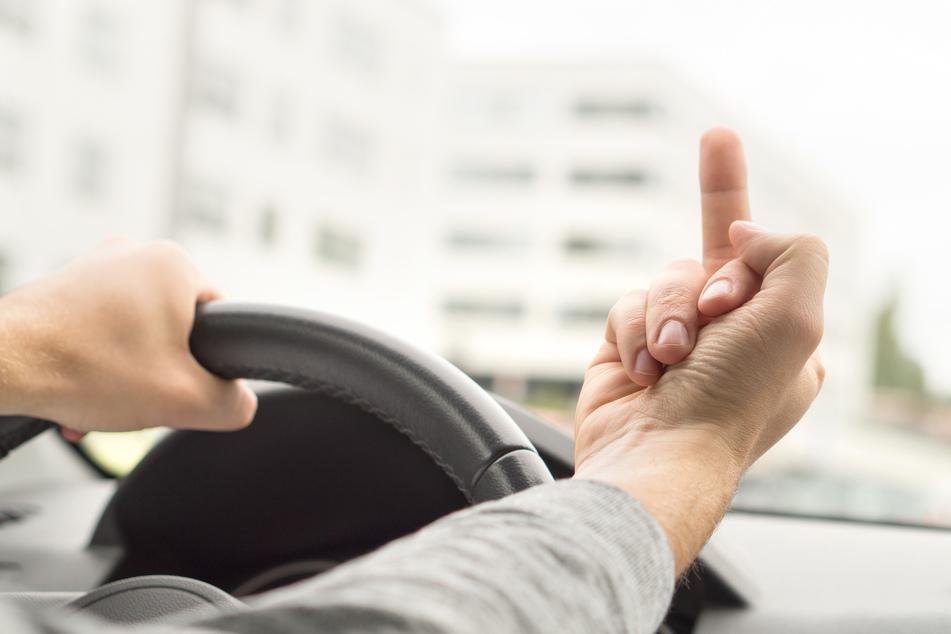 Autobahn-Drängler zeigt den Mittelfinger und erlebt böse Überraschung