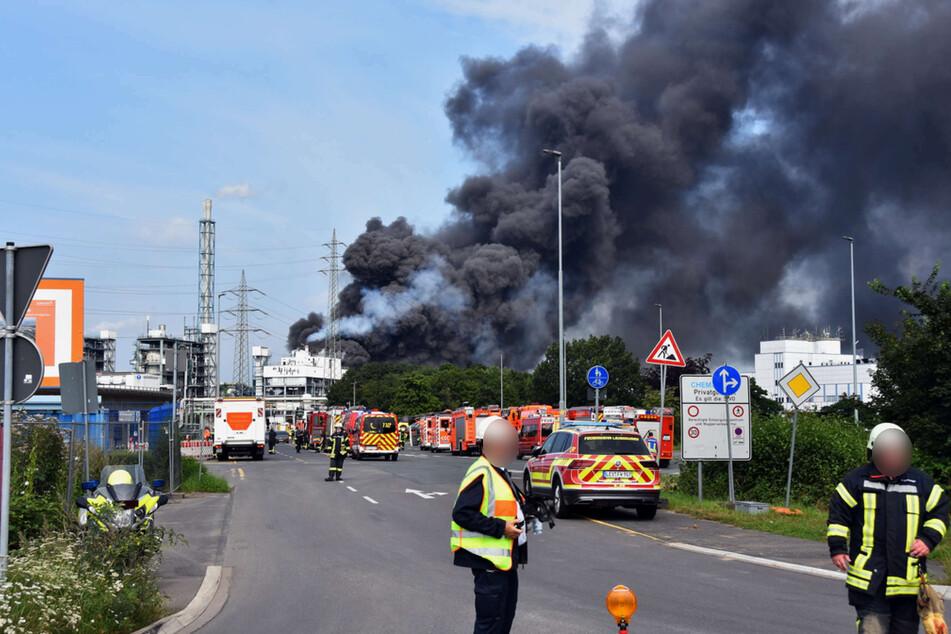 Die Suche nach Vermissten geht einen Tag nach der gewaltigen Explosion in einer Müllverbrennungsanlage in Leverkusen weiter.