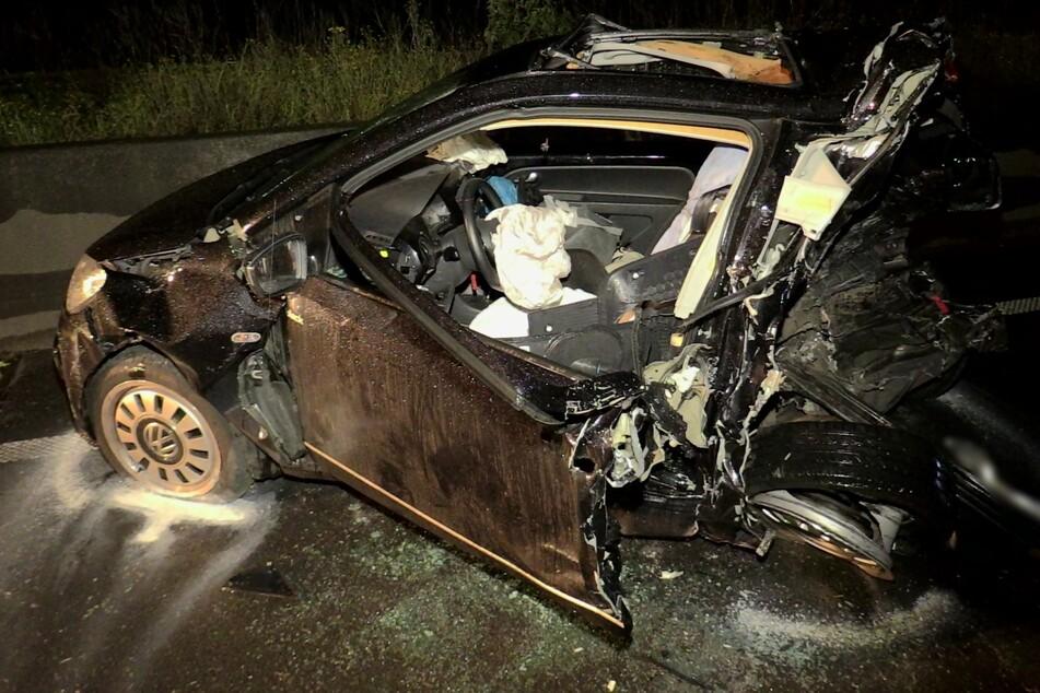 Das schwarze Unfallauto wurde bei dem Zusammenprall komplett zerstört.