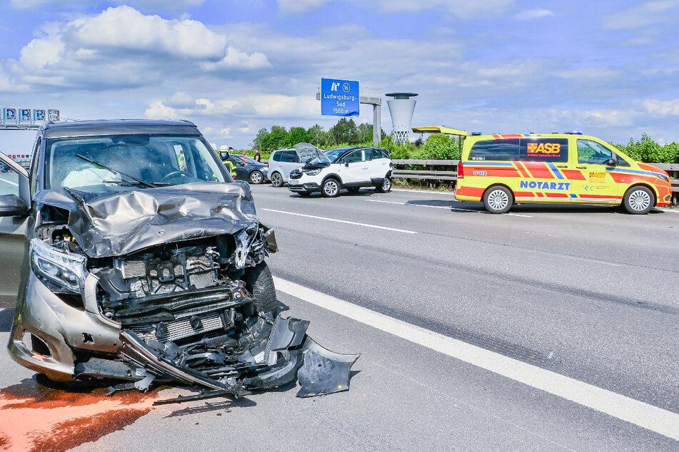 Unfall A81: Wohnmobil kracht in Auto: A81 stundenlang gesperrt