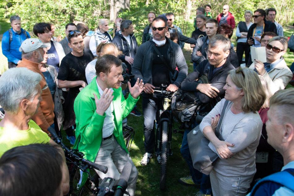 Mai 2020: Michael Kretschmer (CDU, M.), Ministerpräsident von Sachsen, spricht im Großen Garten mit Anhängern von Verschwörungstheorien zur Corona-Krise.