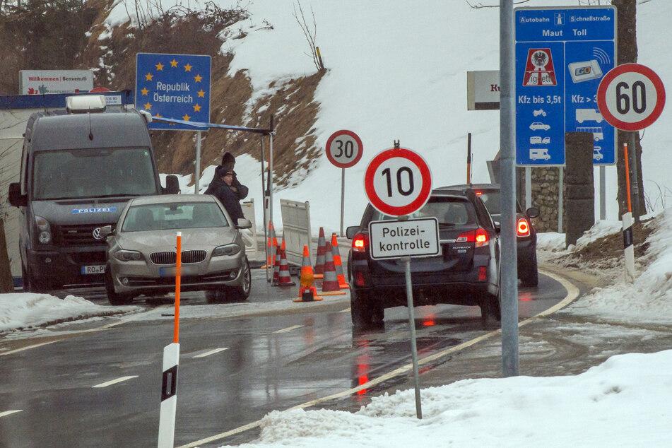 Polizisten kontrollieren nahe dem Aschauer Ortsteil Sachrang vom Kufsteinerland in Tirol die nach Österreich fahrenden PKW.
