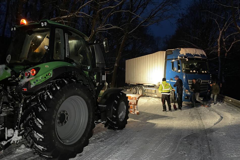 Lkw verliert im Schneechaos die Kontrolle und blockiert die komplette Straße
