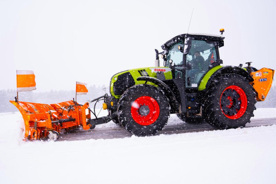München: Schweres Geschütz gegen Eis und Schnee: Hier helfen nur noch Traktoren