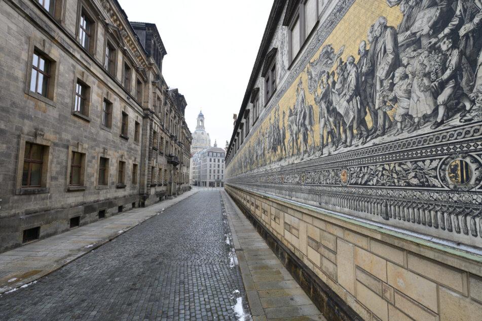 Die Augustusstraße neben dem Fürstenzug unweit der Frauenkirche ist menschenleer.