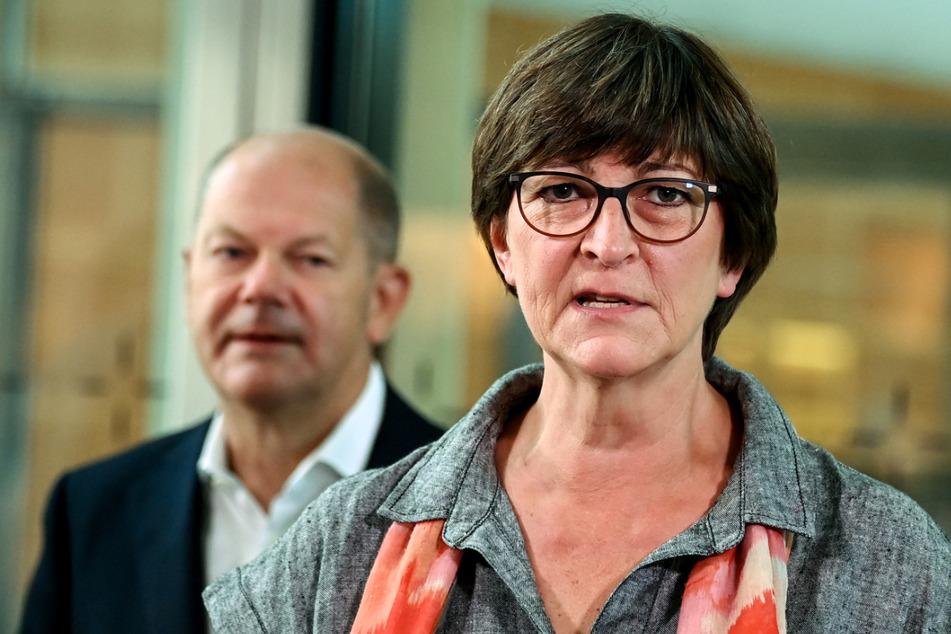 Bundesfinanzminister Olaf Scholz (62, links) und SPD-Chefin Saskia Esken (59).