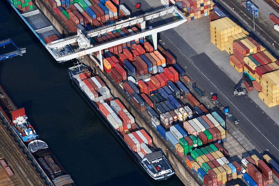 Schiffe werden im Duisburger Containerhafen beladen.