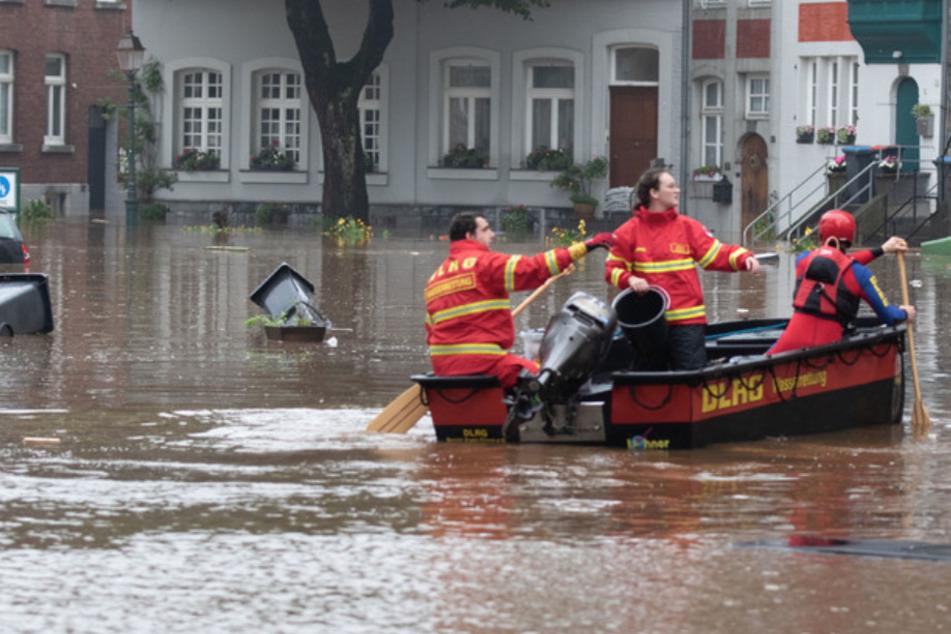 Ein Boot der Deutschen Lebens-Rettungs-Gesellschaft (DLRG) ist bei Hochwasser im Stadtteil Kornelimünster in Aachen unterwegs.