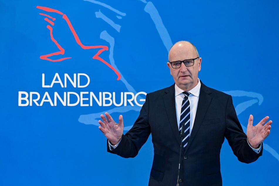 Brandenburgs Ministerpräsident Dietmar Woidke (SPD) schließt eine Impffreigabe für alle Bürger in Corona-Hotspots nicht aus.