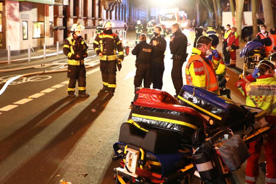 Das Foto zeigt Einsatzkräfte von Feuerwehr, Polizei und Rettungsdienst in Wiesbaden.