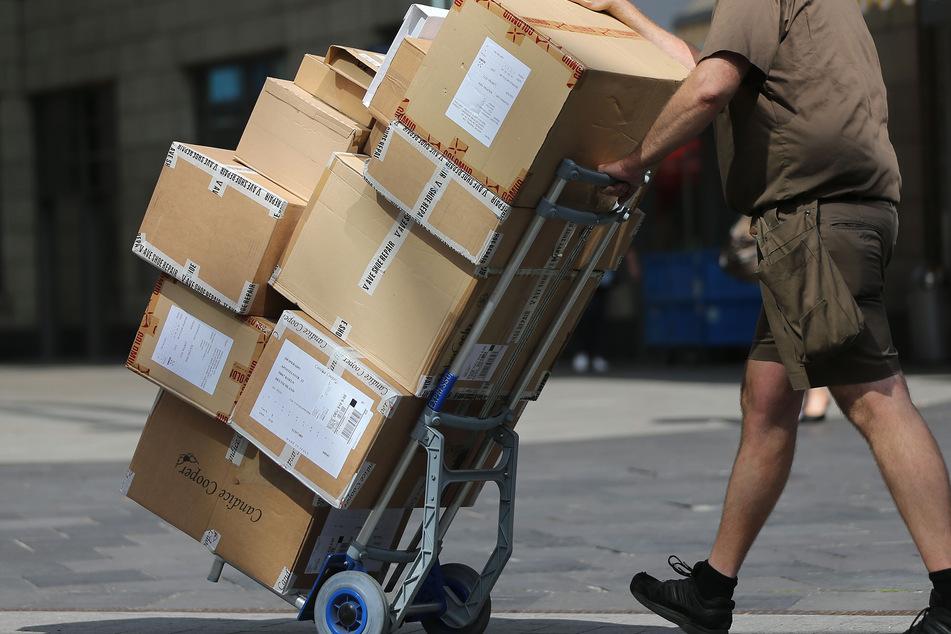 Schwarzarbeit aufgedeckt! Zoll kontrolliert Paketdienstleister