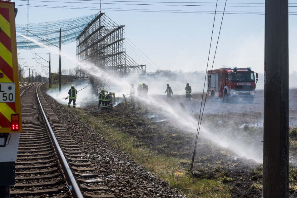 Defekter Güterwaggon setzt Bahnstrecke in Brand