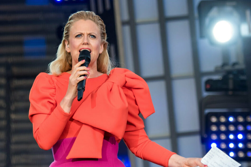 Barbara Schöneberger, Moderatorin, steht beim Public Viewing zum Eurovision Song Contest (ESC) 2019 auf dem Spielbudenplatz auf der Bühne. (Archivbild)