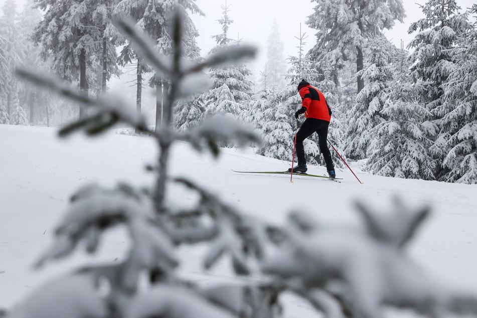 Auf dem Fichtelberg ist es bereits schon weihnachtlich weiß. In der Nacht zu Sonntag soll der Schnee nun auch in weiteren Teilen Sachsens fallen.