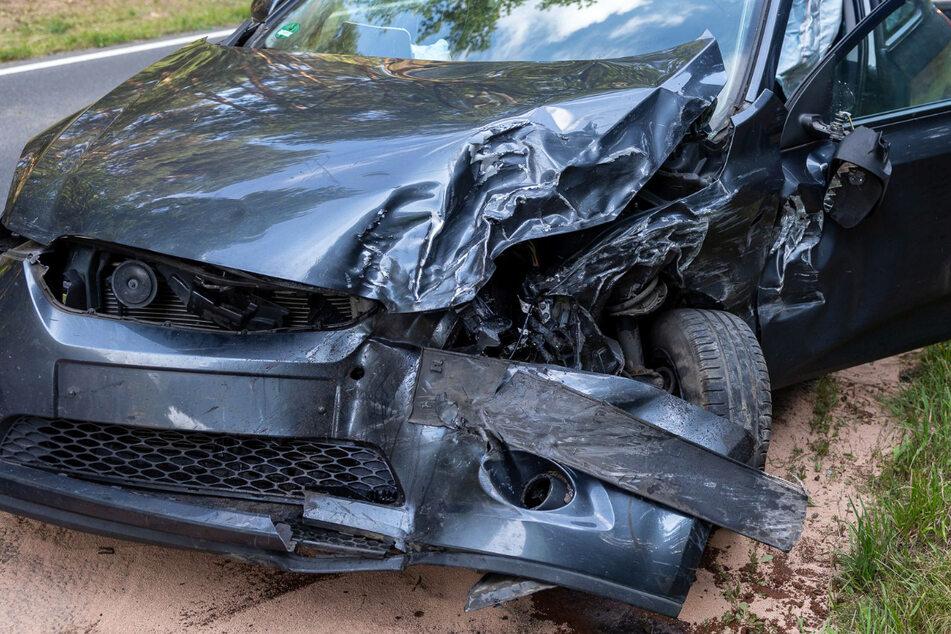 Der Fahrer des Kias setzte laut Polizei zu einem Überholmanöver an und krachte dabei in ein entgegenkommendes Auto.