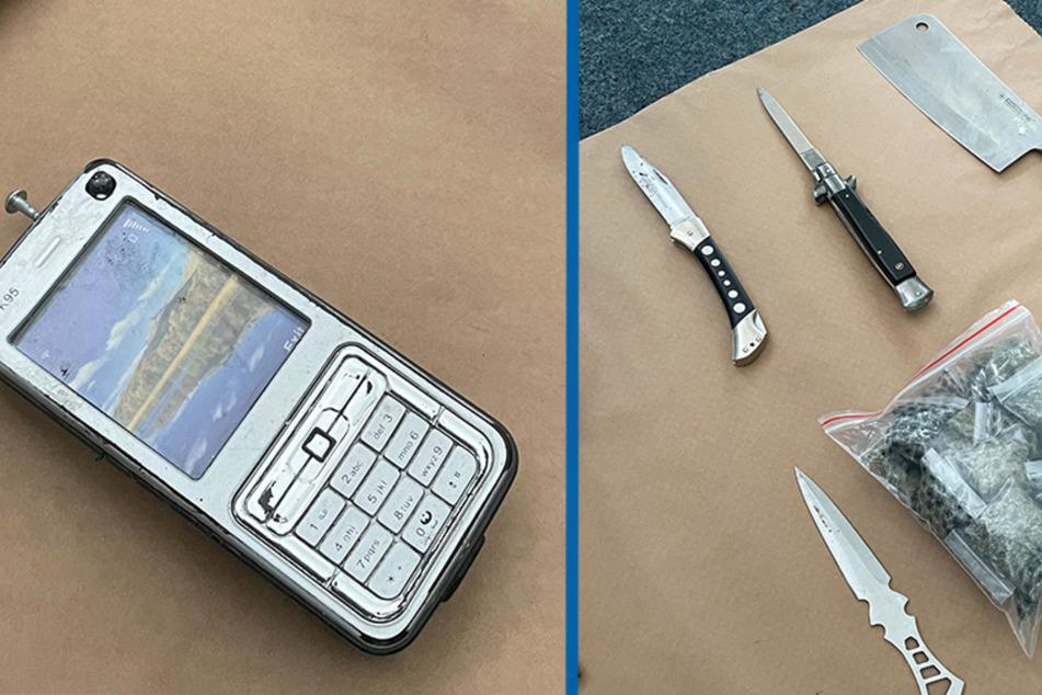 Die Polizei fand außerdem einen Elektroschocker, getarnt als Handy, bei den Männern.