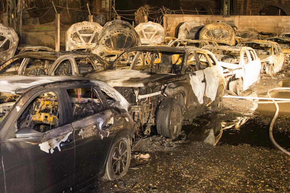 Funkenflug verursacht Großbrand: Autovermietung verzeichnet Millionenschaden