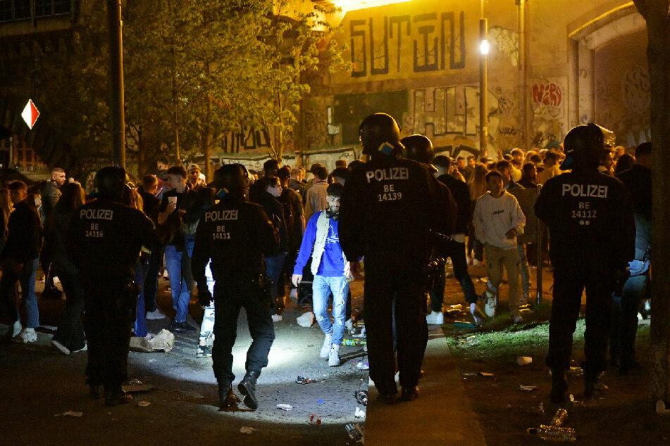 Polizei sprengt riesige Corona-Partys in Berlin: Flaschenwürfe und Festnahmen