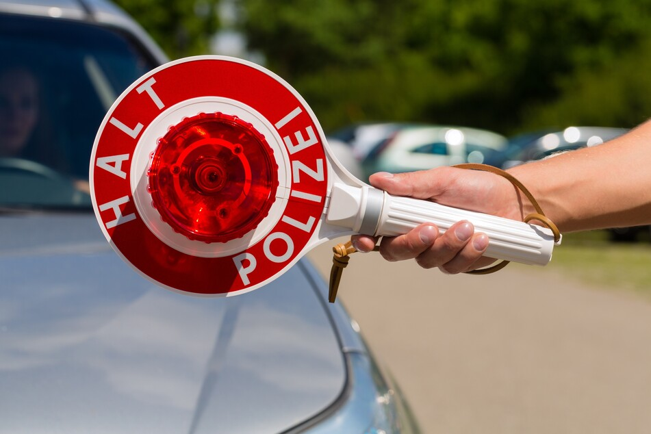 Polizeikontrolle: Mann fliegt mit unterschlagenem Auto, Waffe und Drogen auf